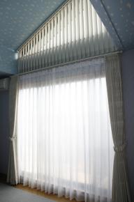 子供部屋の上部傾斜窓にバーチカルブラインド