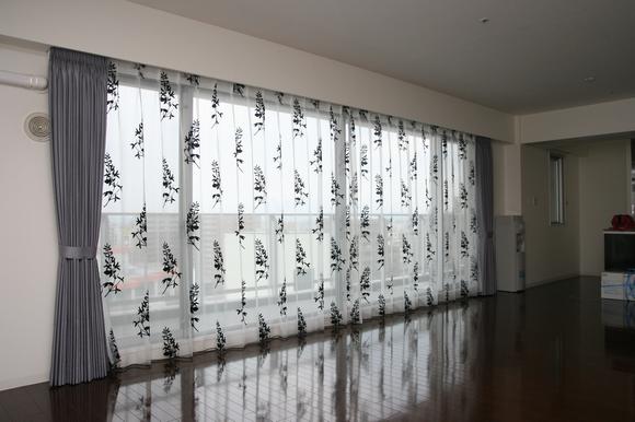 高層マンション 30畳のLDのカーテン モダン一辺倒ではなくて