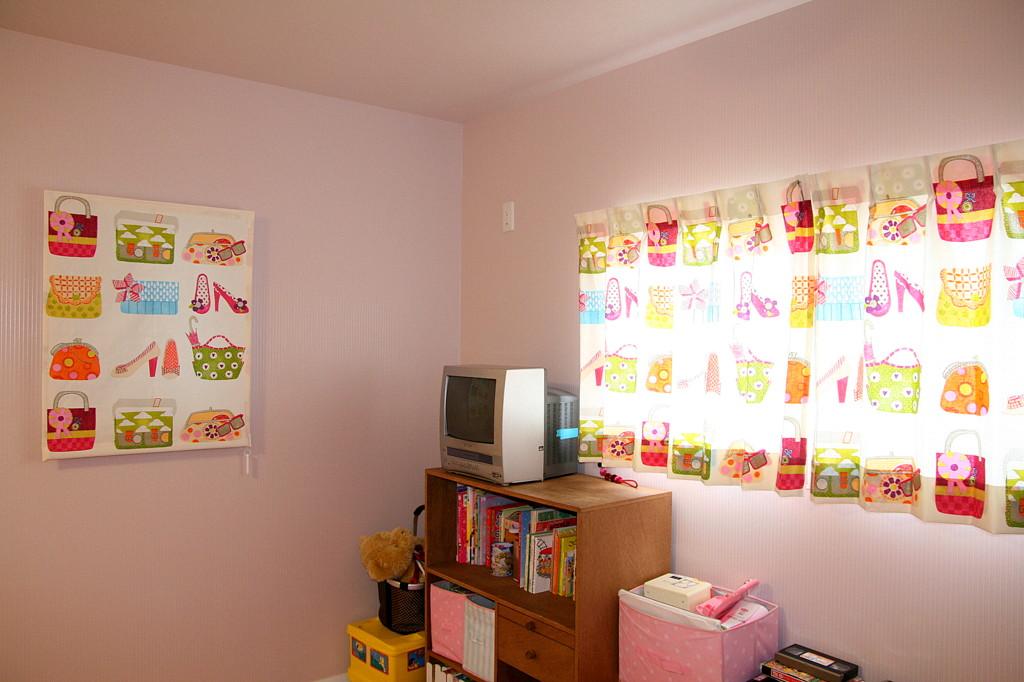 子供部屋のカーテン バックとハイヒールの柄でコーディネイト