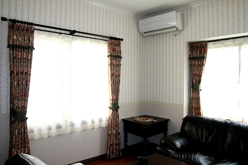 リビングのカーテンは、縫い込み上飾り(バランス)でクラシックに