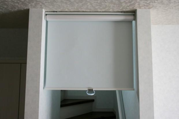 リビング階段からの冷気を遮る ロールスクリーンで対策