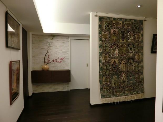手織り絨毯を玄関に吊る