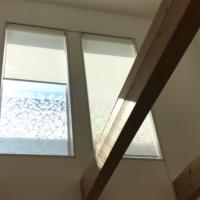 吹き抜け高窓からの日差し対策に、電動ロールスクリーン、取付動画有り