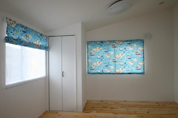 キッズルームのカーテンは、トレジャーマップ(宝地図)