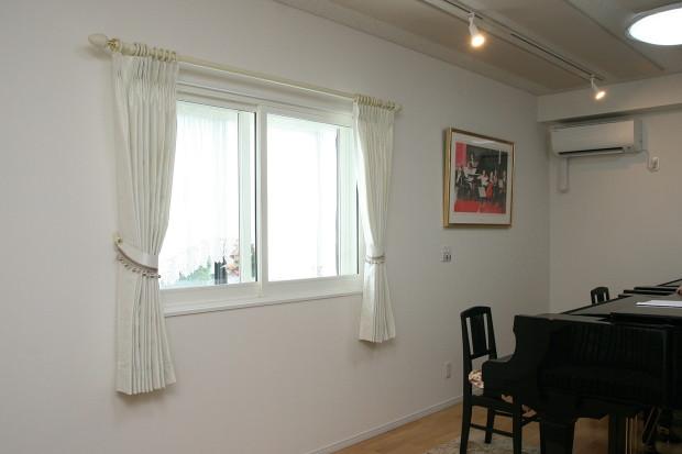 ピアノ室に白いタフタカーテン