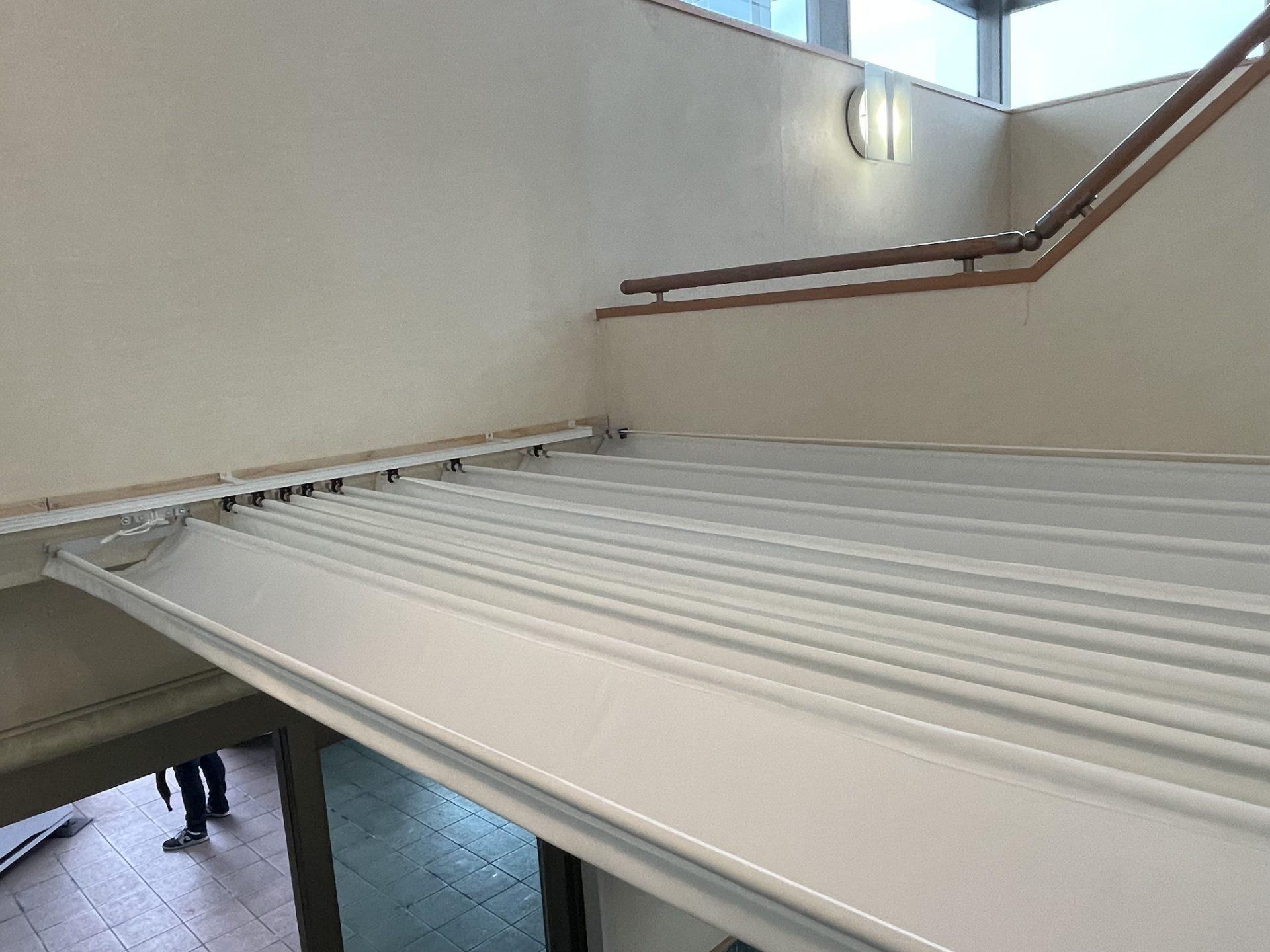 風除室に天幕カーテン・紐引き式
