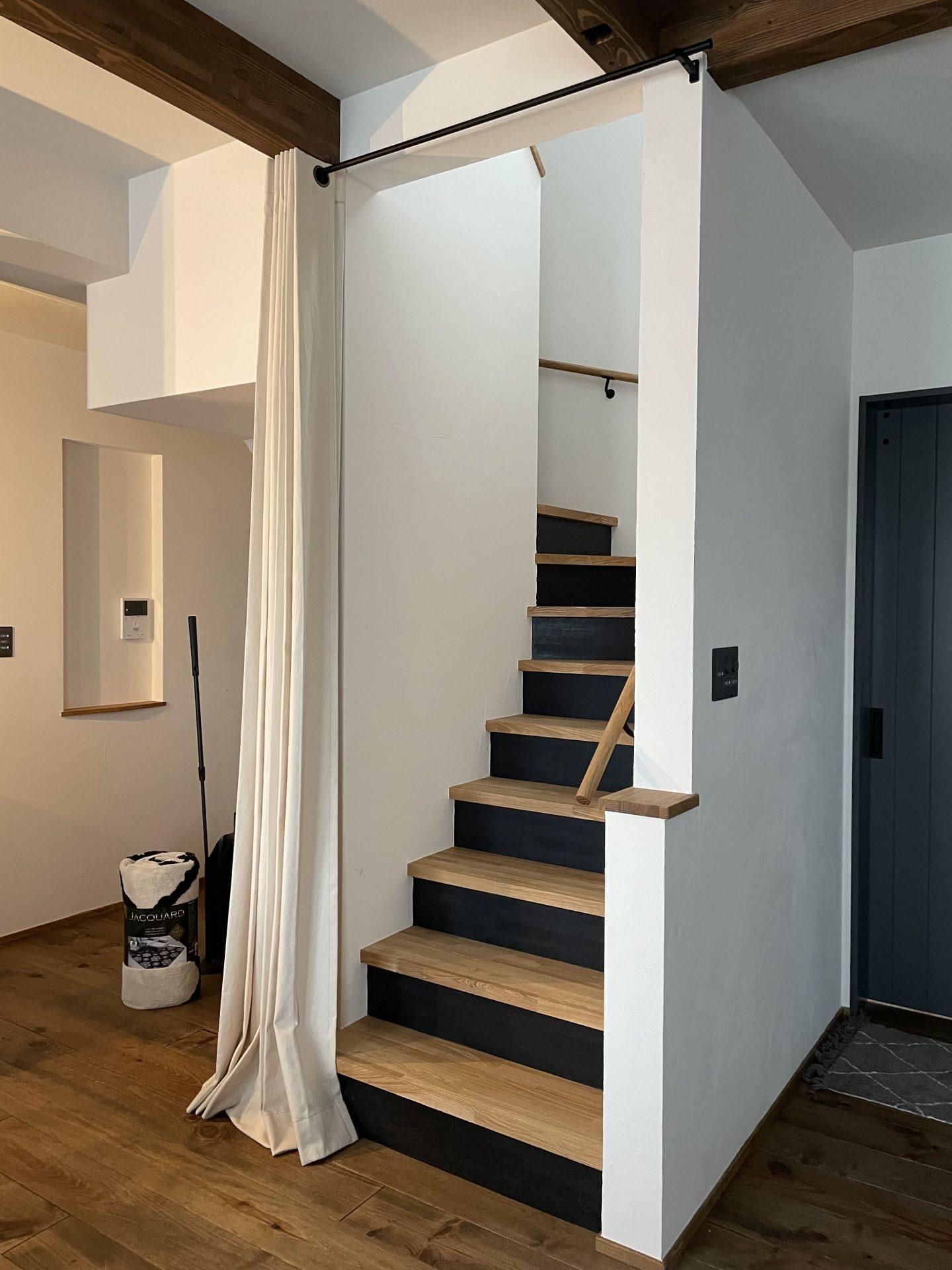リビング階段にカーテン