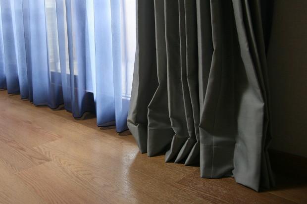 カーテンの裾を擦らせる