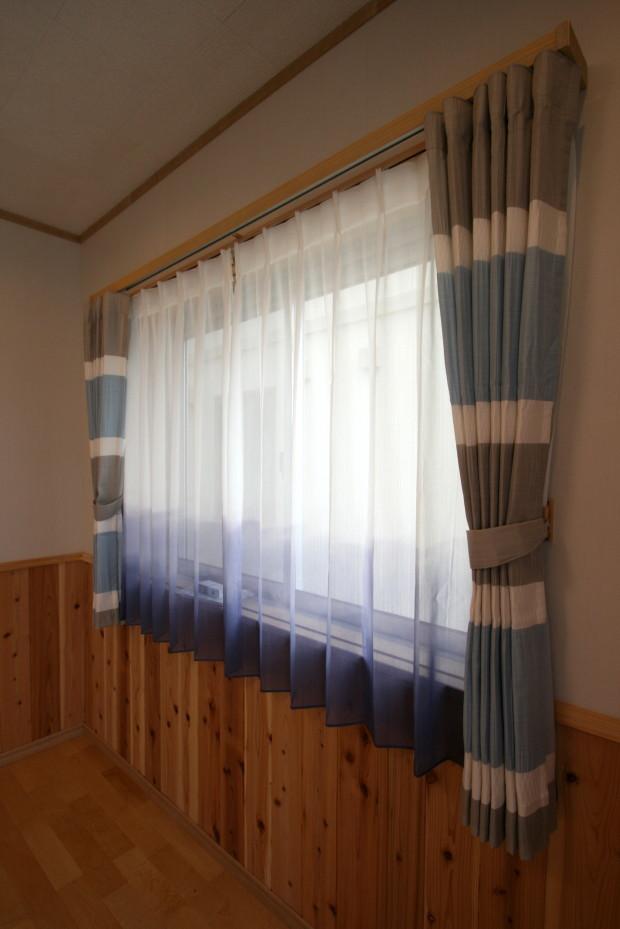 腰窓のカーテン