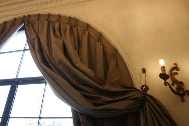アーチ窓カーテン