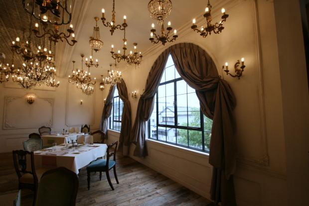 ウェディングホール&カフェのカーテン