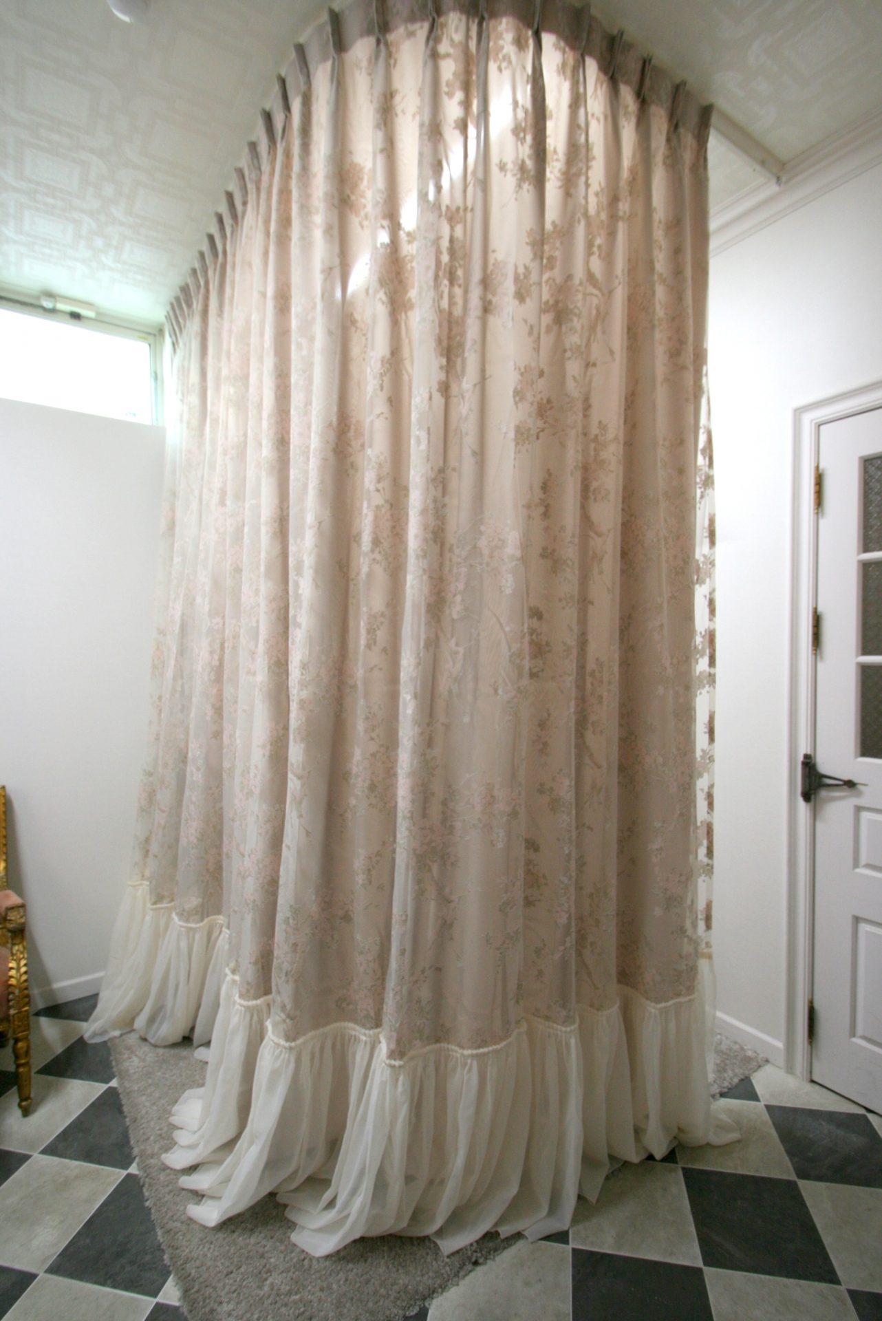 フィッティングルームのカーテンはドレスのような仕立て