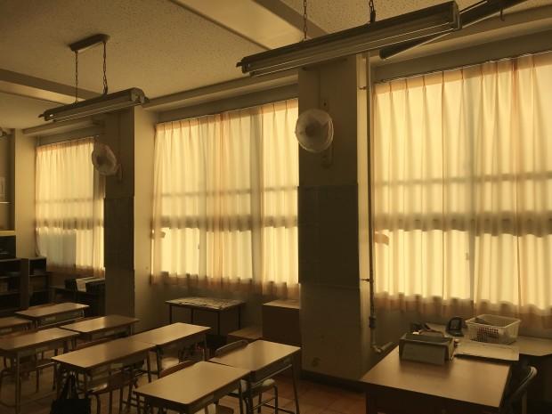 小学校の教室のカーテン