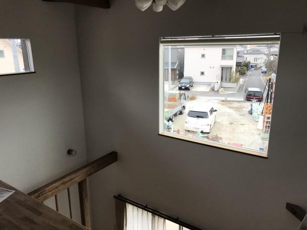 高窓などの操作にとっても便利な電動式ロールスクリーン