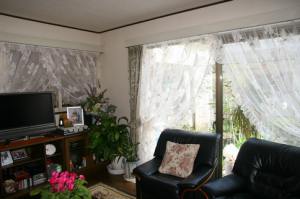 クロスオーバースタイルカーテンで窓辺を演出