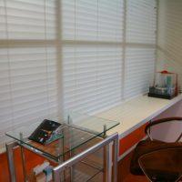 採光ブラインド「グラスフェイス」は、視線を遮りながら光を採り入れる