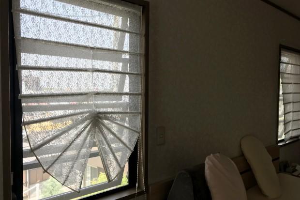 寝室のレース吊り替えは、吊り方に工夫を施す