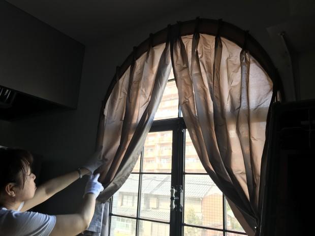 アーチ窓のカーテン