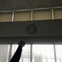 高窓からの日差しは冬も気になる「電動遮熱ロールスクリーン」で対策。動画有り