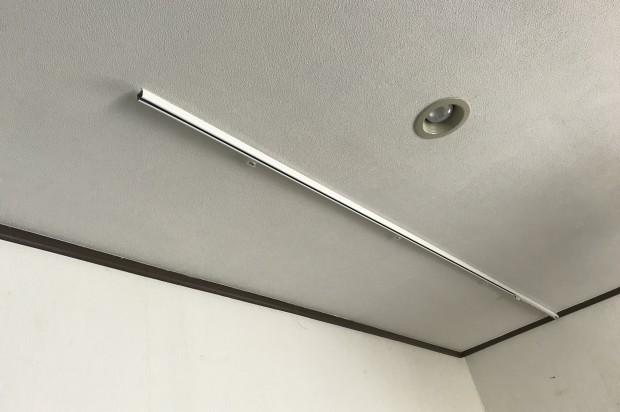 天井にカーブレール(出隅)付けて、カーテンで覆い隠す