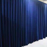 首相官邸記者会見室のカーテンの色