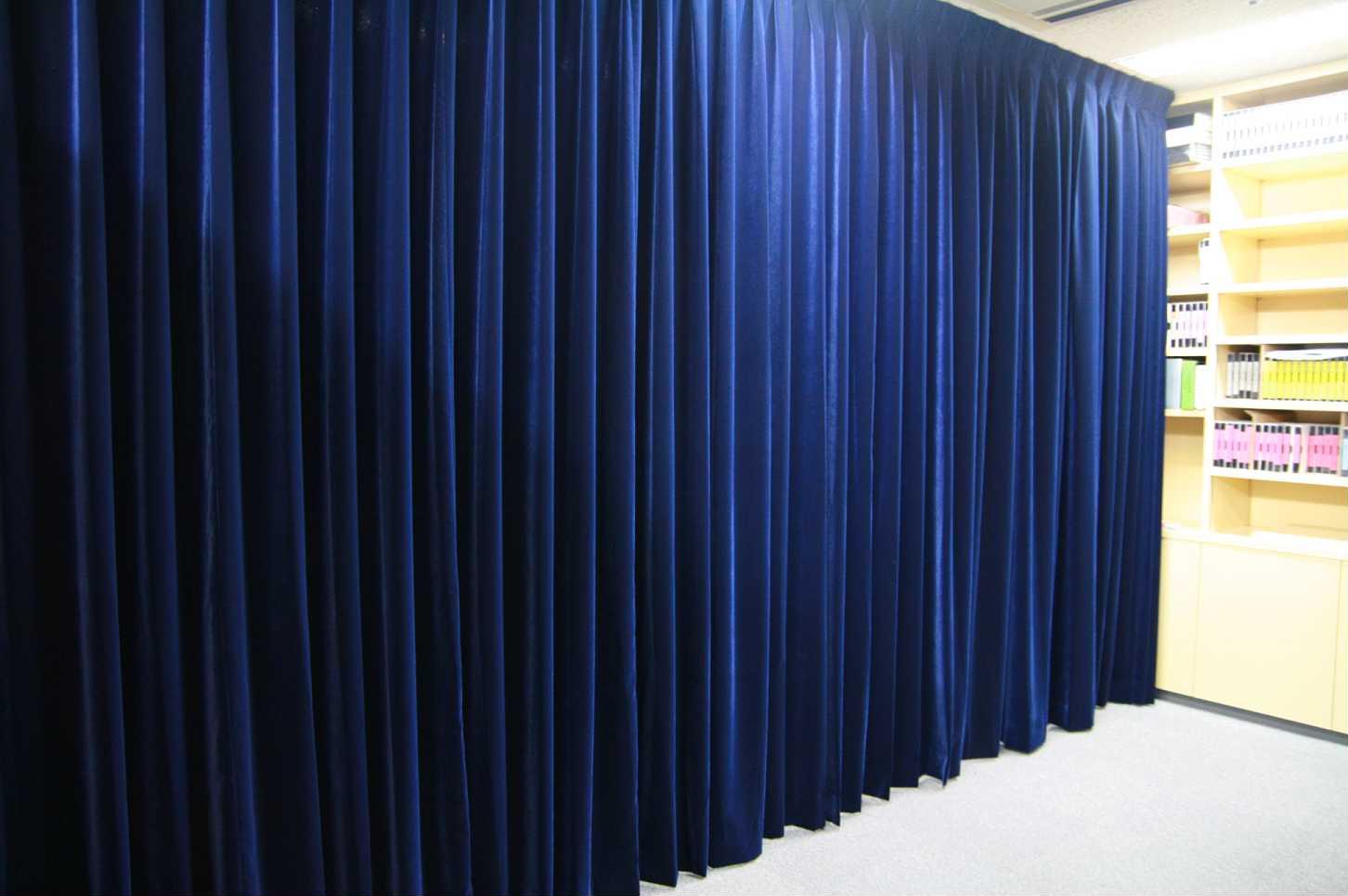 官邸記者会見室のカーテンのような濃紺ベルベットカーテン