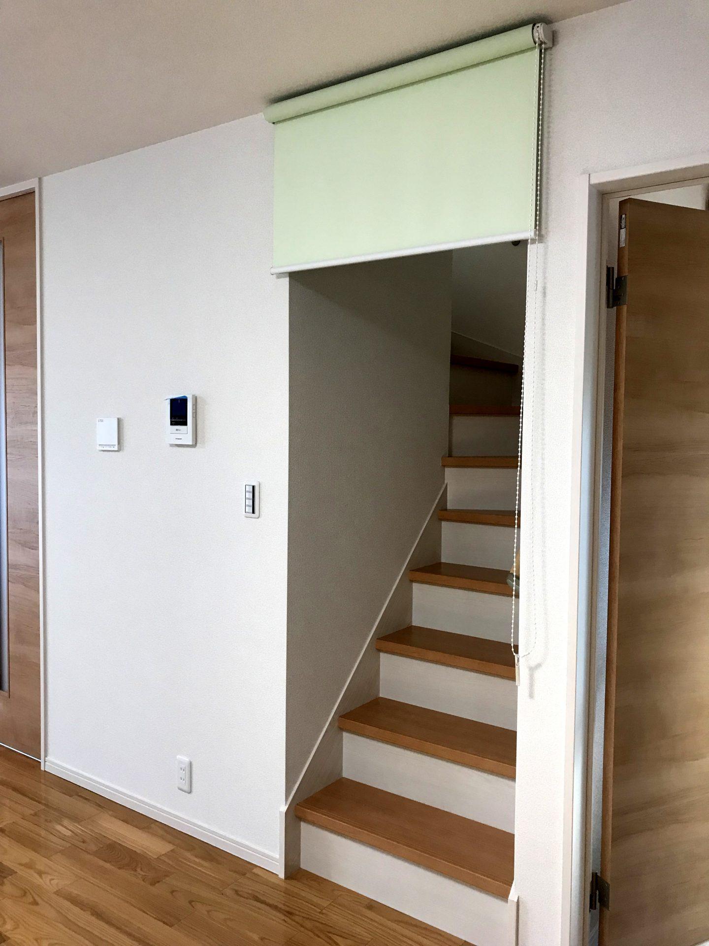 リビング階段にロールスクリーン取付2