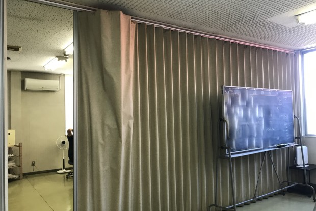 アコーデオンカーテンの生地剥がれ修理