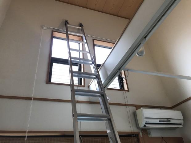 高窓取り付けにはしご