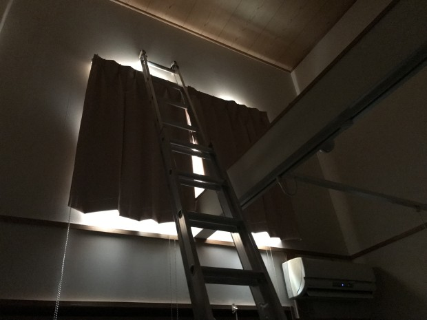 高窓に遮光1級カーテン1