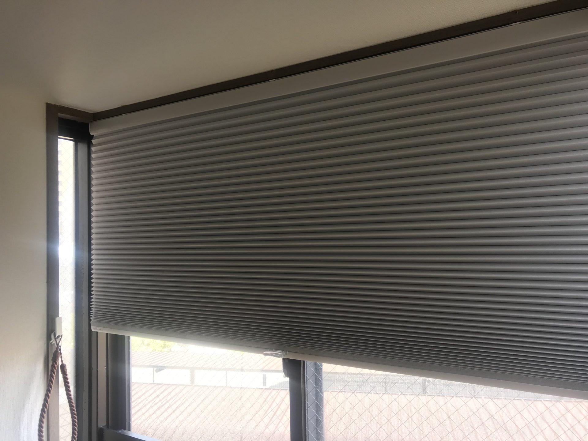 出窓にハニカムスクリーン