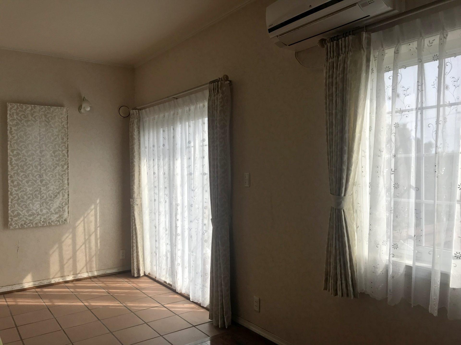 北米住宅リビング・寝室のカーテン吊り替え事例