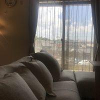 カーテンと同生地でソファーカバーとクッションカバーを作ると、部屋がまとまる。