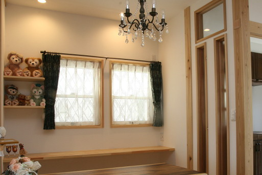 小窓のあるお部屋のカーテン選びのコツを、厳選事例を通じて紹介