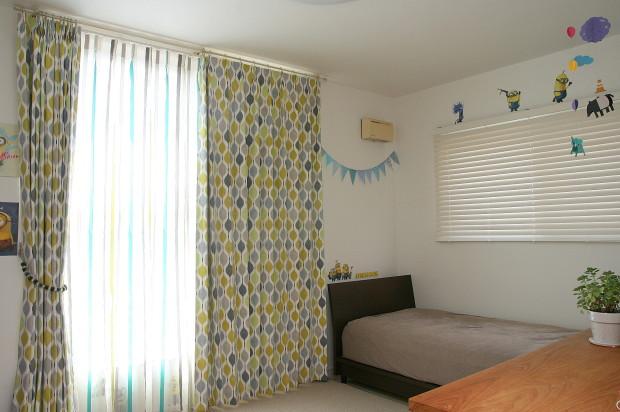 明るく楽しいキッズルームのカーテン