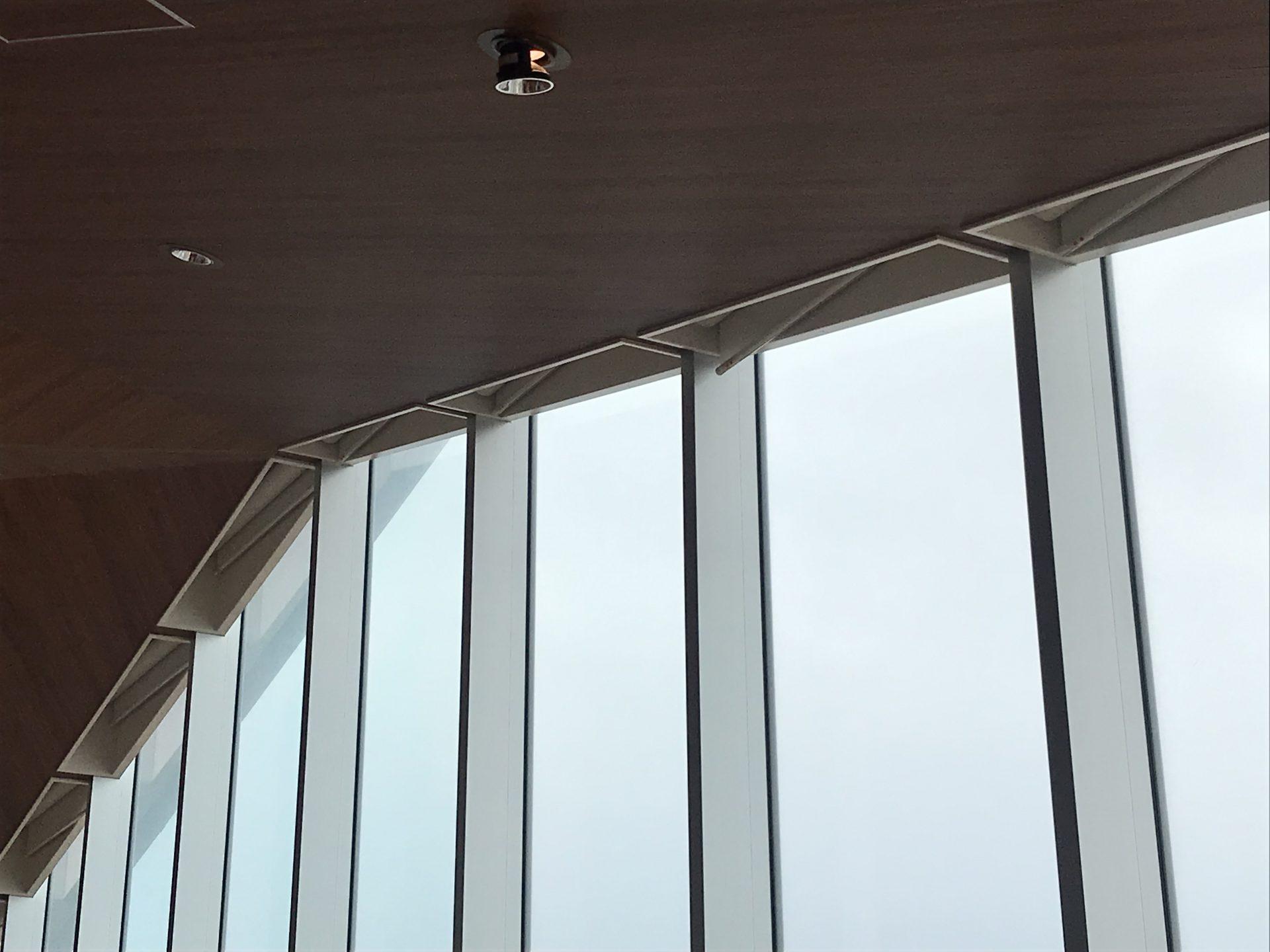 上部傾斜窓