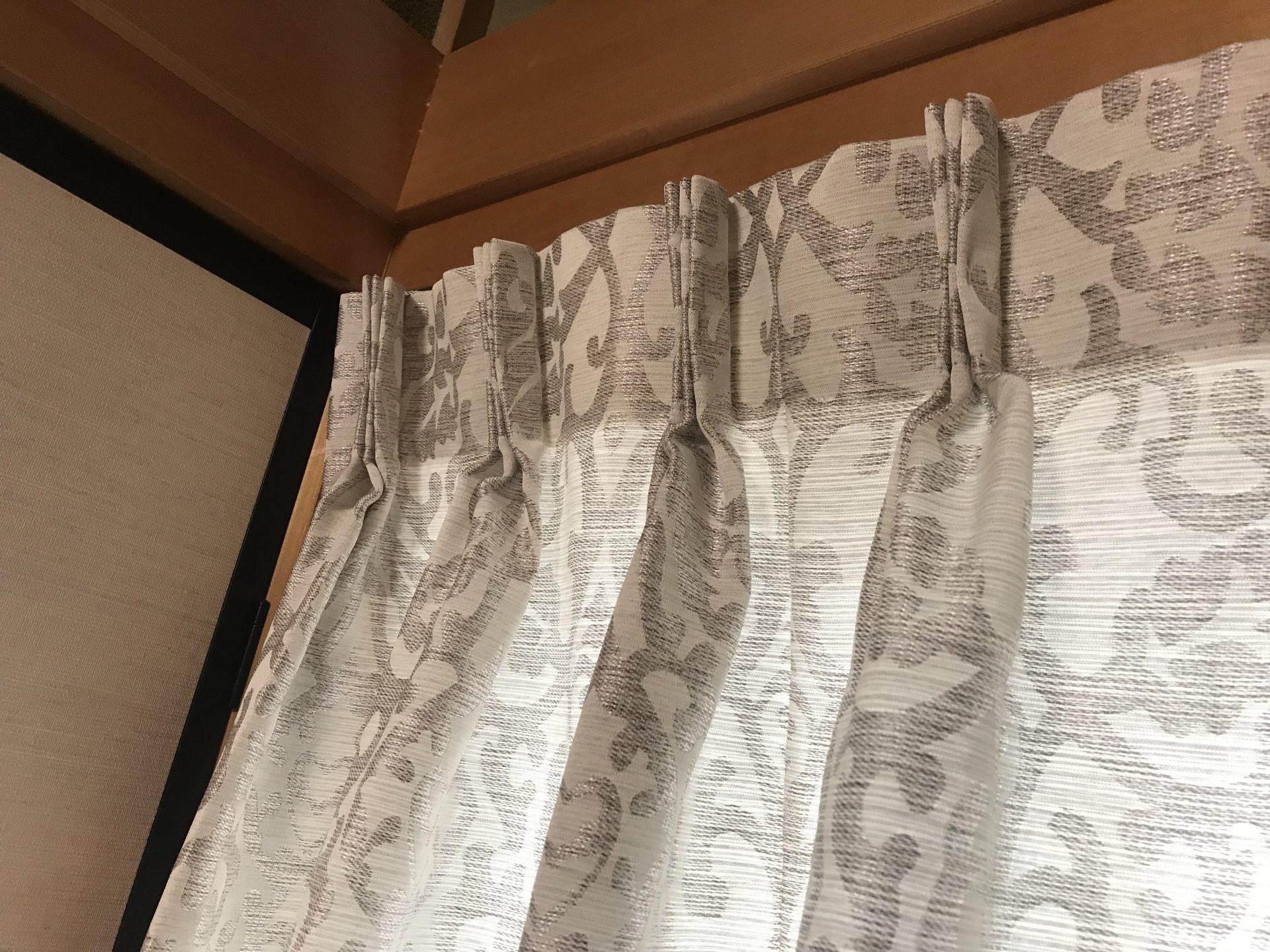 鴨居にカーテン