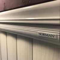 ノーマン バーチカルブラインドは、遮光性を向上した樹脂製。窓枠内付けに向く。
