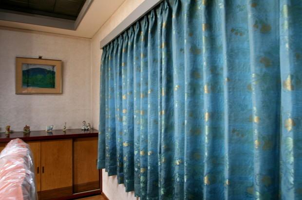 緻密で光沢の美しいロココ調のカーテン