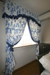 ブルーの花柄のカーテン
