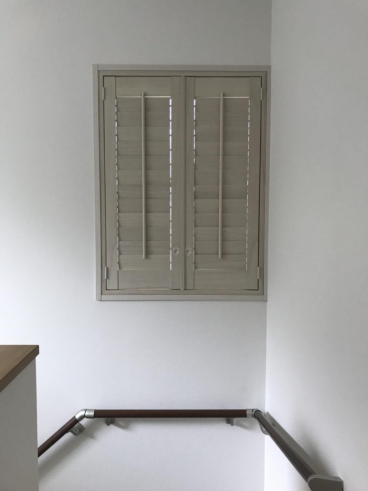 階段窓にウッドシャッター