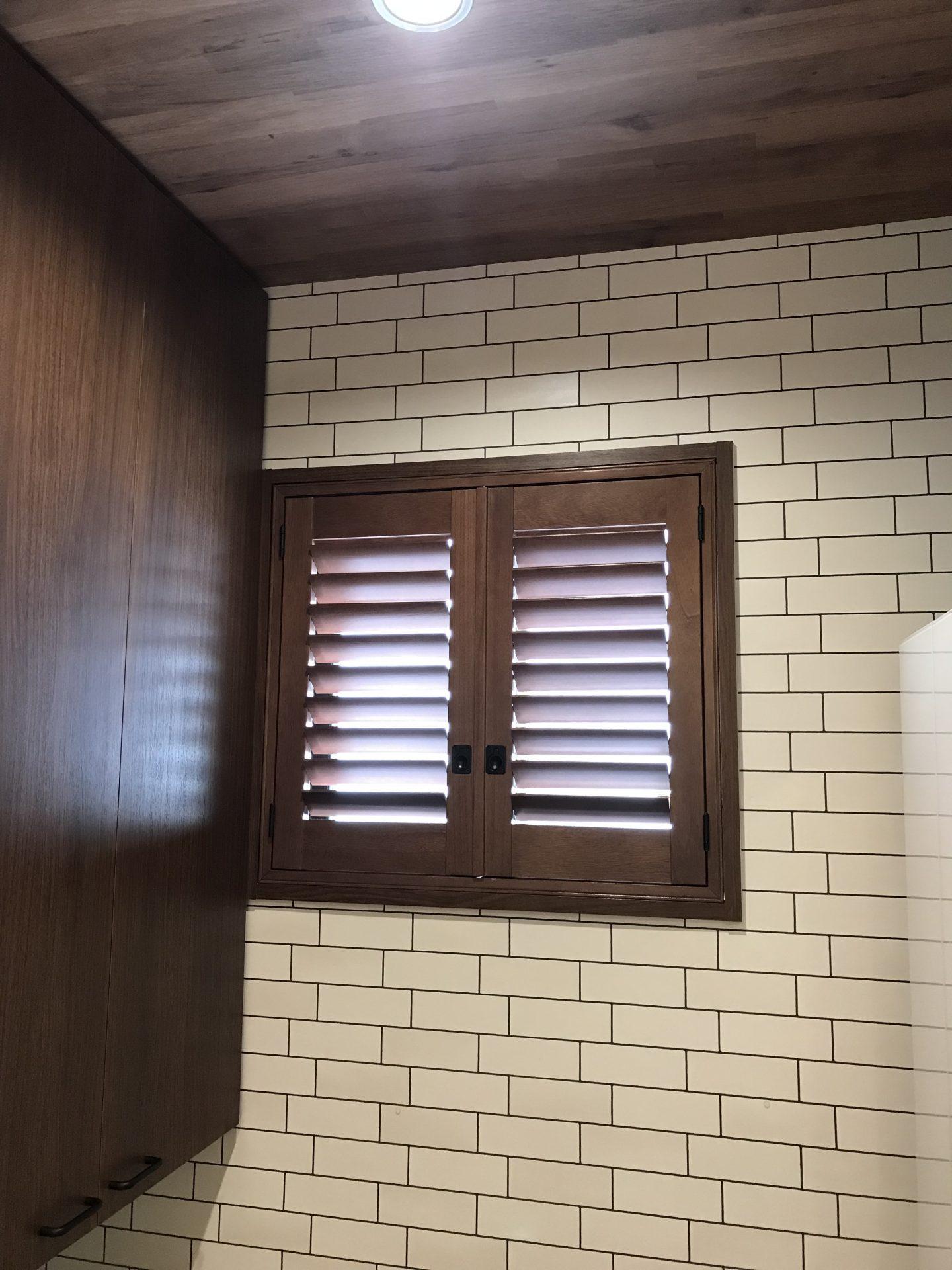 キッチン小窓にウッドシャッター
