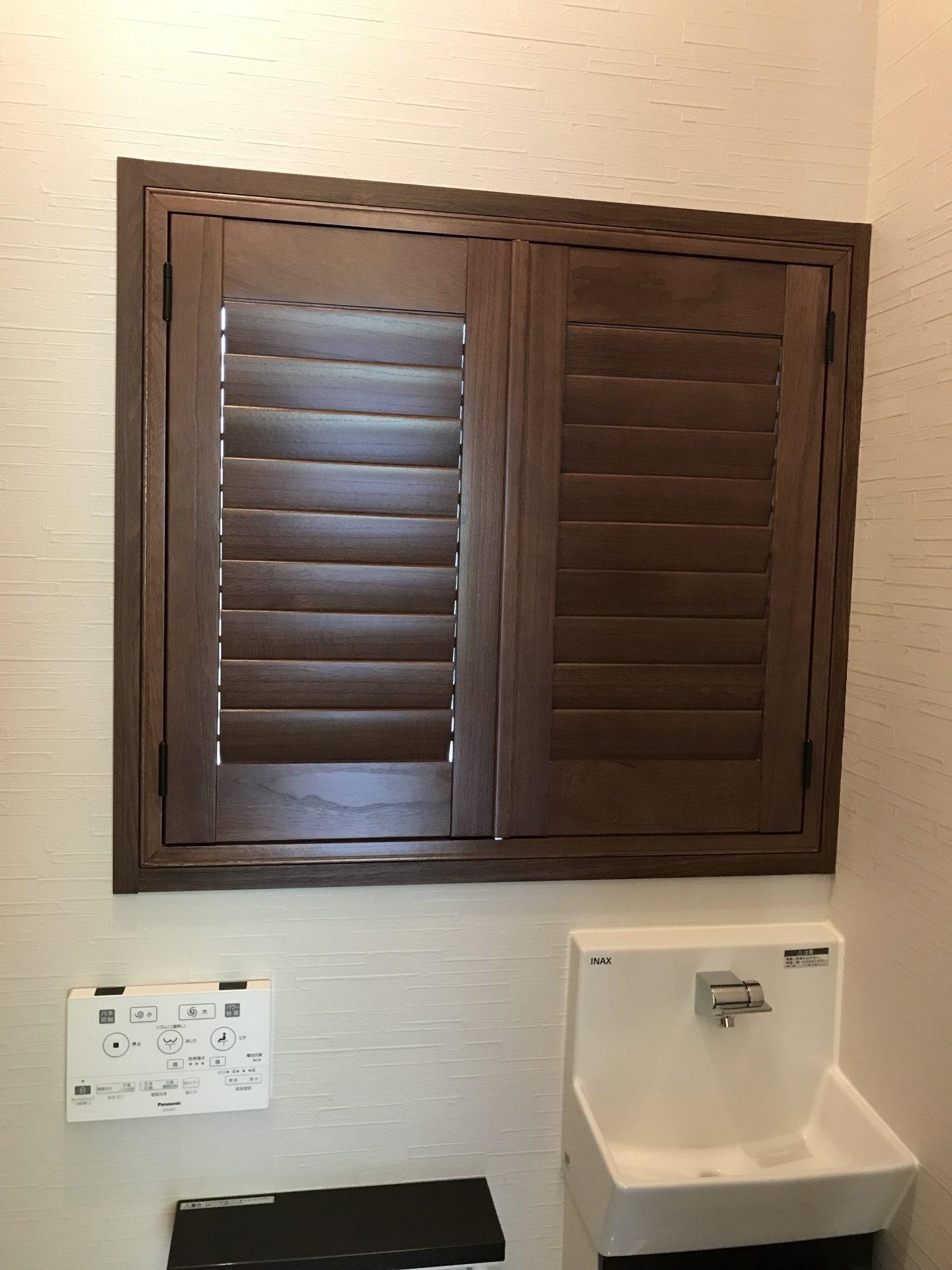 トイレ小窓にウッドシャッター