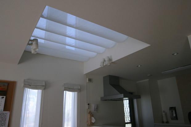 吹き抜けの寒さ対策に「天幕カーテン・簡易式バトン操作」取付