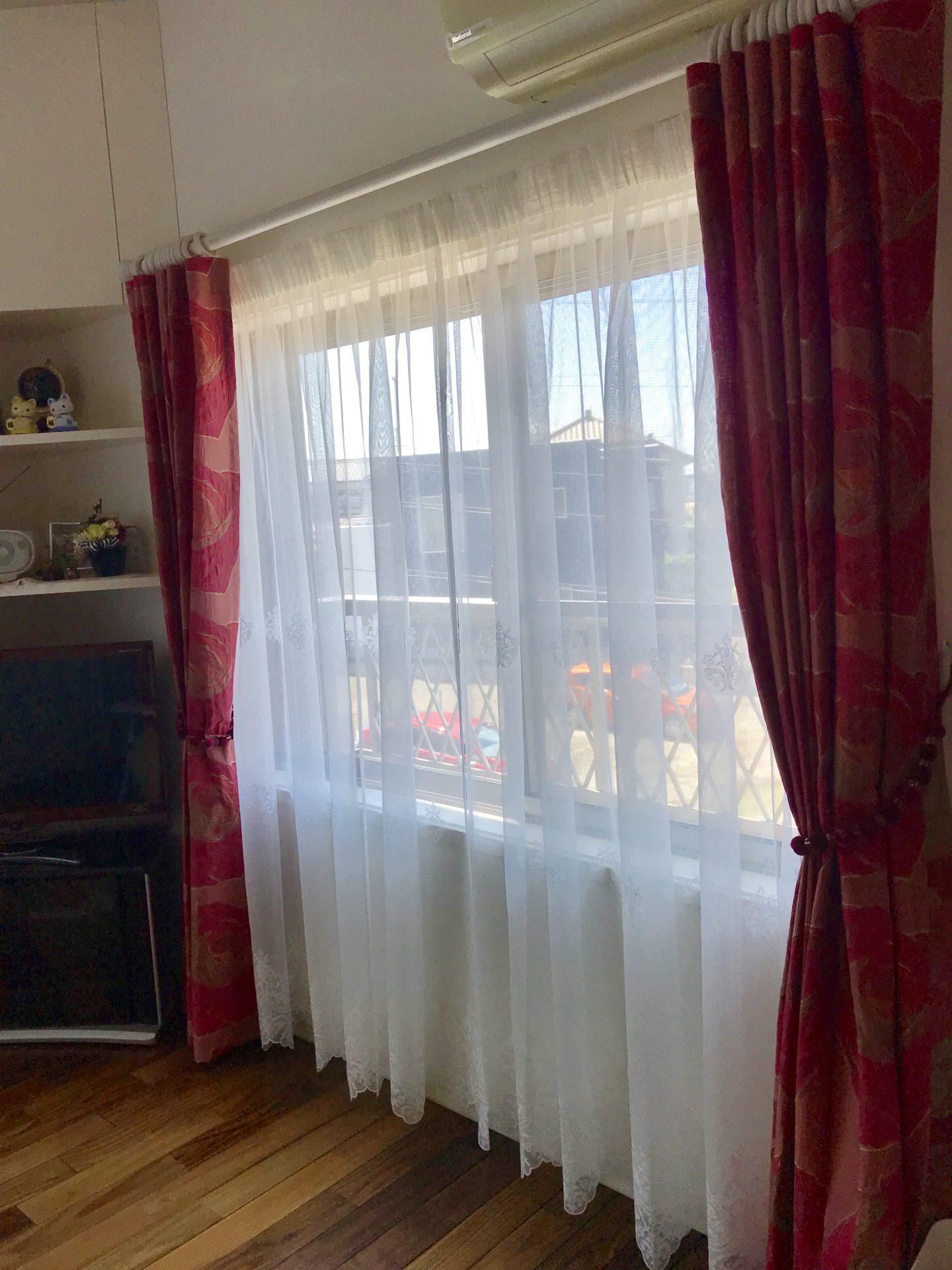 腰窓でも丈を床まで吊るすと、窓が大きく感じる