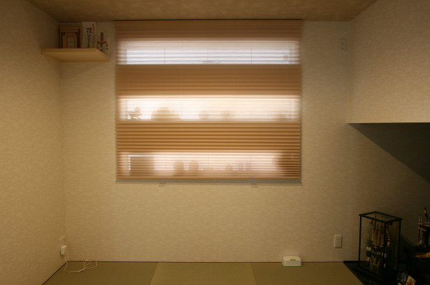 和室のスリット窓にプリーツスクリーンコードレス、食品収納棚にロールスクリーン取付