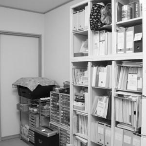 スチール製書棚にロールスクリーン小型を取り付けて目隠し
