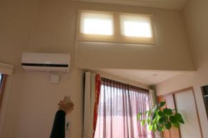 高窓に電動ロールスクリーン