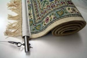 手織り絨毯を吊る